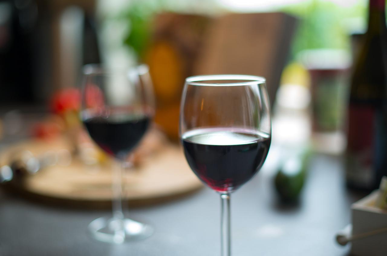 Deux remèdes naturels pour enlever les taches de vin pendant les fêtes