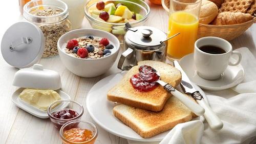 Prendre un petit déjeuner sain et complet: pourquoi ne faut-il pas oublier les fruits?