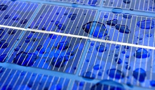 Un panneau solaire fonctionnant à l'eau de pluie ?